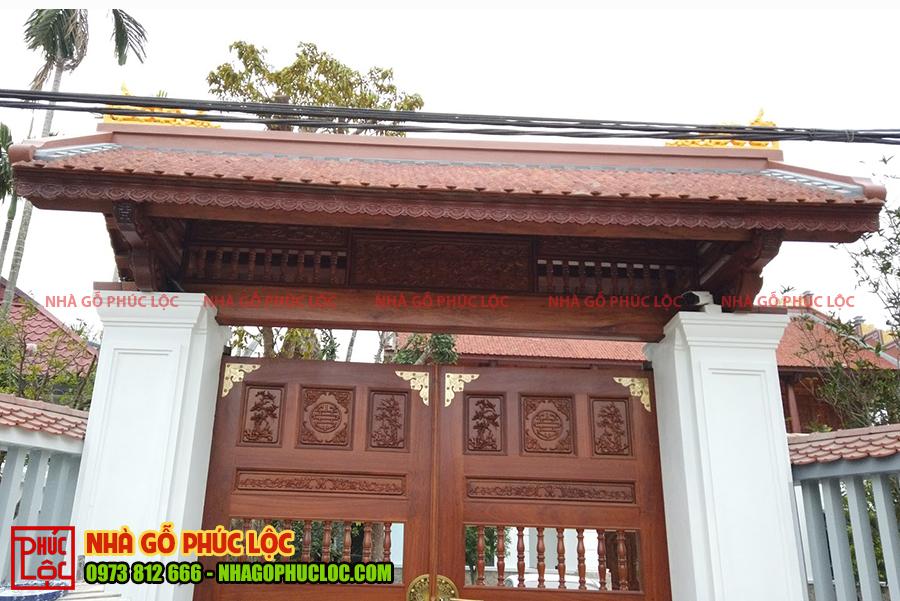Phần cổng của nhà gỗ truyền thống Bắc Bộ